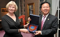 Professor April McMahon receives a plaque from Professor Zhu Chongshi, President of Xiamen University at the reception hosted by Professor McMahon at Y Plas.