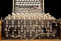 Image by Bob Lord - German Enigma Machine, uploaded in english wikipedia on 16. Feb. 2005 by en:User:Matt Crypto, CC BY-SA 3.0, https://commons.wikimedia.org/w/index.php?curid=258976.