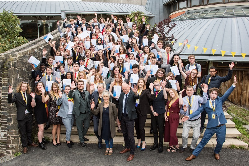 Students from the 2018 Aberystwyth Summer University celebrate with their certificates which were presented this year by Sue Jones-Davies – actor, local councillor and Honorary Fellow of the University